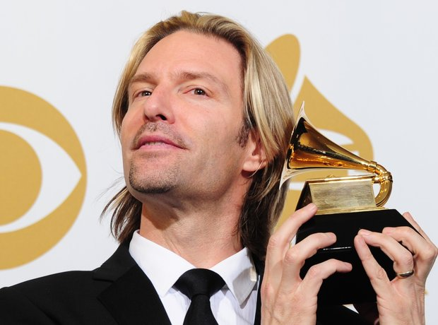 Eric Whitacre holding his grammy award