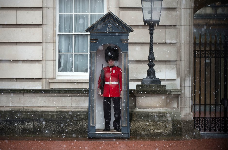 Buckingham Palace snow Household Cavalry